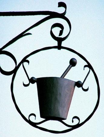 antikes Ladenschild eines Apothekers: mit Mörser und Stößel
