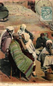 arabischer Barbier rasiert Kunden draußen