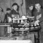 altes Foto: Brauereiarbeiter füllen Bier in Flaschen