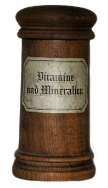 altes Arzneigefäß aus Holz mit der Aufschrift: Vitamine und Mineralien