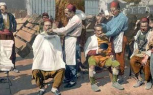 koloriertes Postkarte: Straßenbarbiere in der Türkei