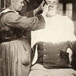 Barbierin rasiert Kunden