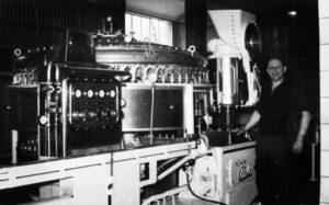 altes Foto: Brauereiarbeiter steht an großer Maschine