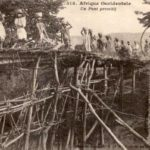 Brückenbau aus Holzstämmen