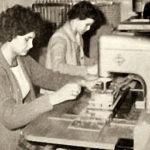 Foto: Buchbinderinnen arbeiten an Heftmaschinen