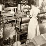 altes Foto: Buchbinderin in einer Buchbinderei
