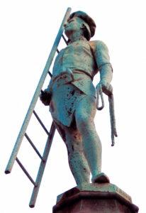 steinerne Dachdecker-Statue mit Leiter und Seil