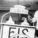 altes sw-Foto: mobiler Eisverkäufer