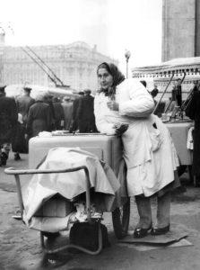 altes sw-Foto, Eisverkäuferin mit Eiskarren