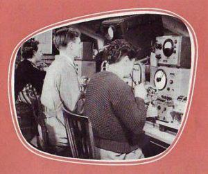 Fernsehtechniker prüfen Geräte