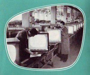 Fernsehtechniker montieren Fernseher
