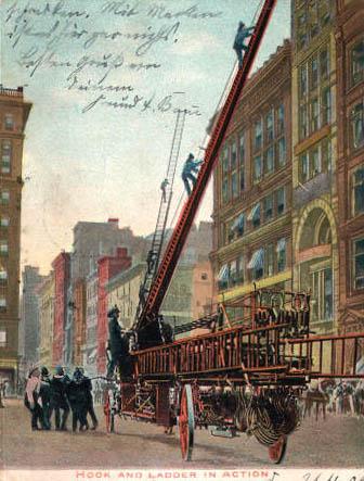 alte Postkarte: Feuerwehr im Einsatz mit Feuerleiter