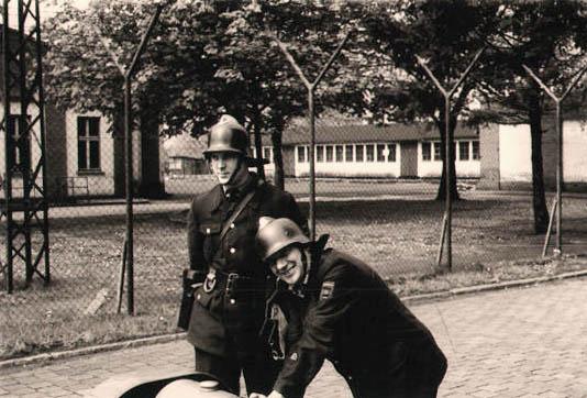 altes Foto monochrom: Feuerwehrmänner