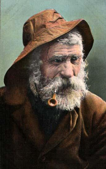 Fischerportrait mit Bart und Regenkleidung und Pfeife