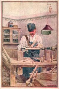 Drechsler arbeitet an der Drechselbank