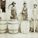 altes Foto: vier Fassbinder mit Fässern
