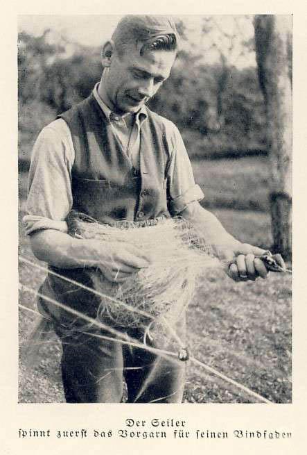 sw-Foto: Der Seiler spinnt zuerst das Vorgarn für seinen Bindfaden.