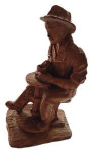 Holzfigur: Töpfer an Drehscheibe