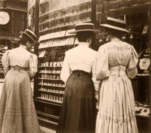 sw-Foto: drei Damen in langen Kleidern betrachten die Auslagen eines Juweliergeschäftes