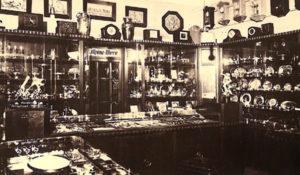 sw-Foto: im Juweliergeschäft, diverse Uhren und Schmuck in Vitrinen