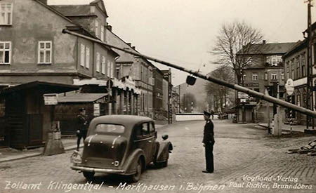 altes sw-Foto: Foto fährt an Grenzbaum heran, der sich gerade öffnet. Draußen steht ein Zöllner.