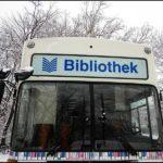 """Foto: Bücherbus frontal mit Aufschrift """"Bibliothek"""", Winter"""