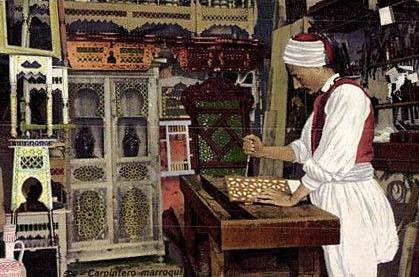 marokkanischer Schreiner in seiner Werkstatt