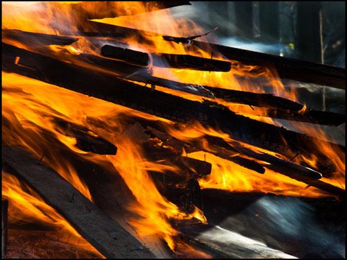 Foto: loderndes Feuer, brennende Holzscheite