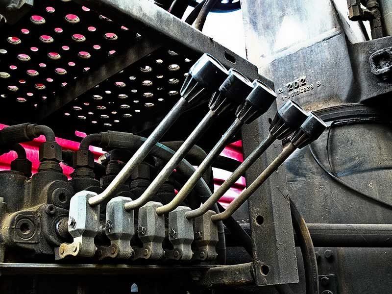 Farbfoto: fünf Hebel an einer Maschine