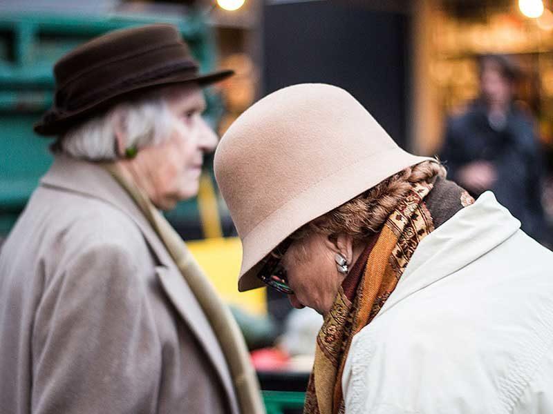 Foto: zwei ältere Damen mit altmodischen Damenhüten