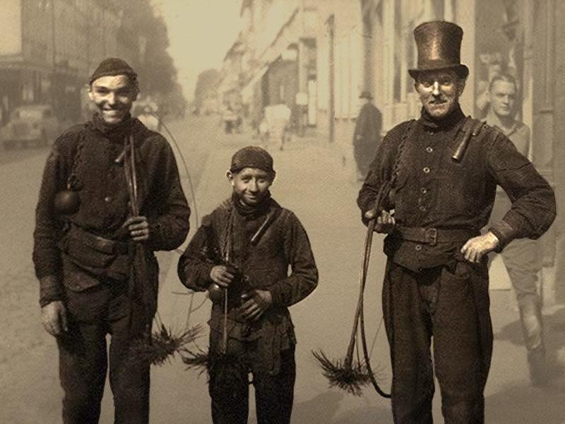 sw-Foto: drei Schornsteinfeger auf der Straße in Fotografierpose