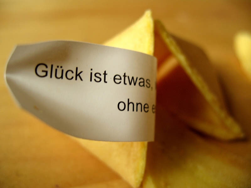"""Farbfoto: geöffneter chinesischer Glückskeks mit Spruch: """"Glück ist etwas,..."""""""
