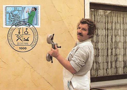 Briefmarke: Glaser trägt Glasscheibe.
