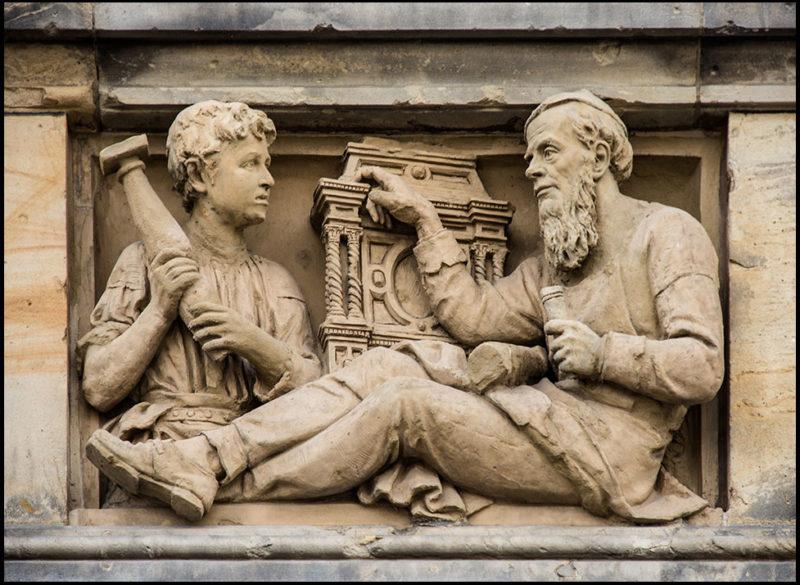 Steinrelief: Schreinermeister und Lehrjunge