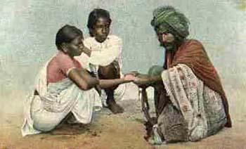 koloriertes Foto: Wahrsager liest junger Frau aus der Hand