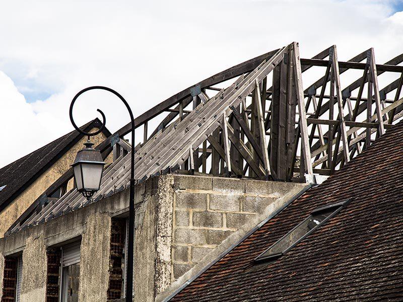 Foto: offener Dachstuhl auf einem alten Haus