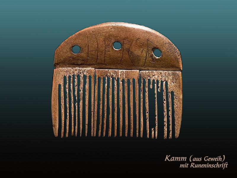 Farbfoto: antiker, aus Geweih geschnitzter Kamm mit Runeninschrift