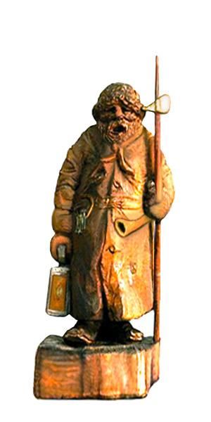 singender Nachtwächter mit Spiieß und Laterne sowie großes Schlüsselbund und Horn am Gürtel als lustige Holzfigur
