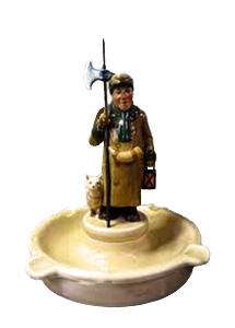 Keramikaschenbecher mit Nachtwächterfigur auf mittlerem Sockel