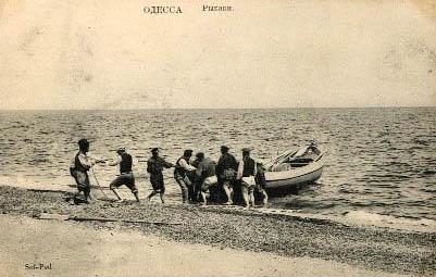 alte sw-PK: Männer ziehen Boot aus dem Meer an den Strand