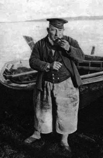 sw-Foto: Fischer mit Pfeife vor seinem Boot stehend