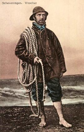 koloriertes Foto: barfüßiger Fischer mit Regenkleidung und Seil steht vor dem Meer