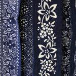 Farbfoto: mehrere Stoffbahnen mit Blaudruck verschiedener ornamentaler Muster