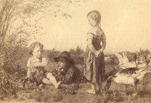 Gemälde: kleines Gändemädchen mit Gerte hintern Rücken, Zöpfchen, barfuß auf der Wiese mit vielen Gänsen; links vor ihr im Gras ein größerer und kleiner Junge