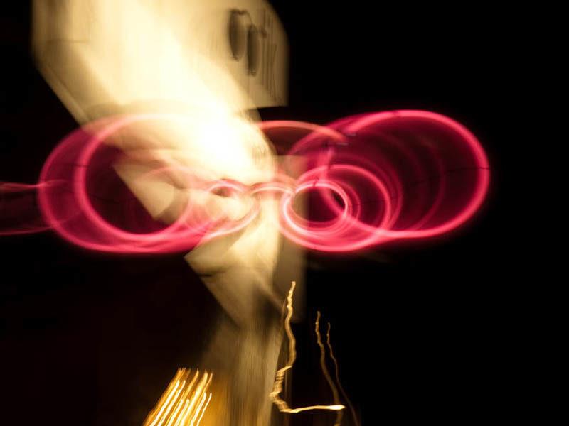 Farbfoto: Zoomfoto rote Brille Optiker