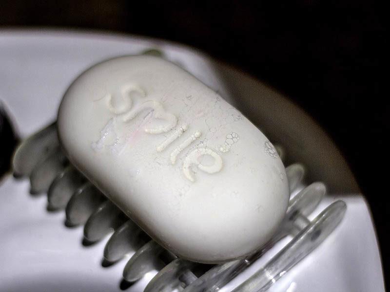 """Foto: weißes Stück Seife mit der Aufschrift """"smile"""""""