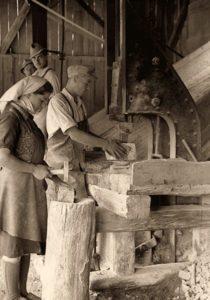 s/w Foto: Steinmetze bei der Arbeit, darunter auch eine Frau