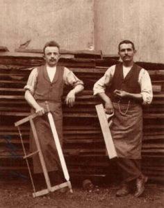 altes Foto: zwei Schreiner mit Hobel und Säge