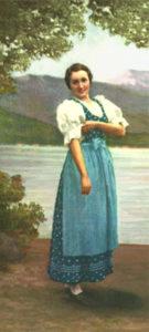 Farblitho: Frau in blauem Kleid mit Schürze