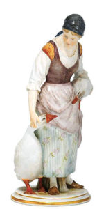 Meissner Porzellanfigur: bäuerliche Gänsemagd mit schwarzem Kopftuch, eine Gans unterm Arm und einer daneben